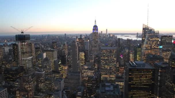 New York City - 4. prosince 2018: Noc letecký pohled Midtown a Převrhnutí Manhattan ze střechy. New York láká 50 milionů lidí ročně
