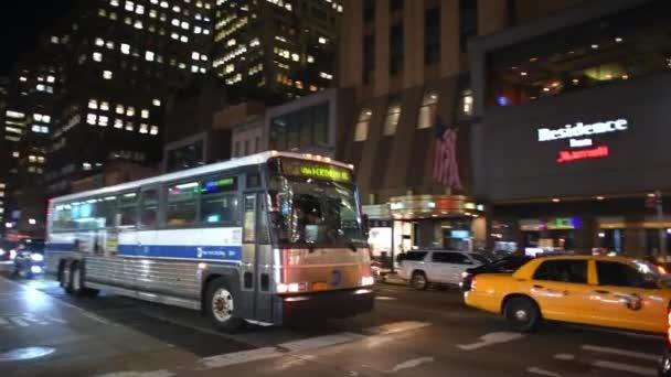 New York City - 4. prosince 2018: noční pohled z provozu Páté Avenue. New York láká 50 milionů lidí ročně