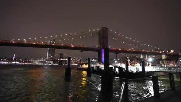 Noční pohled na Manhattan a Brooklyn mosty, široký úhel pohledu z Brooklyn Bridge Park, New York City
