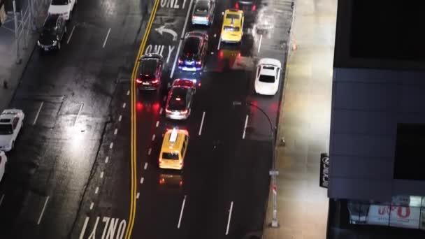Režijní noční pohled z New York City avenue a městské dopravy, Usa