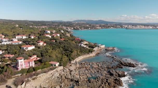 klidné záběry z nádherného skalnatého moře, koncepce prázdninových prázdnin