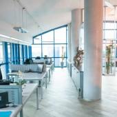 Interiér moderní kancelářské stoly a otevřené prostory