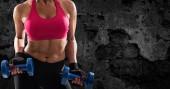 Sportovní žena školení biceps na pozadí grunge