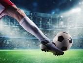 Fotbalista s soccerball na stadionu k zápasu