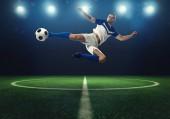 Fényképek Soccer csatár üt egy akrobatikus rúgni a labdát