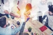 Üzletemberek összerakva a kezüket. Fogalmának, integrációja, a csapatmunka és a partnerség. dupla expozíció