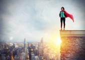 Úspěšná podnikatelka se chová jako super hrdina nad střechu budovy. Koncept odhodlání a úspěch