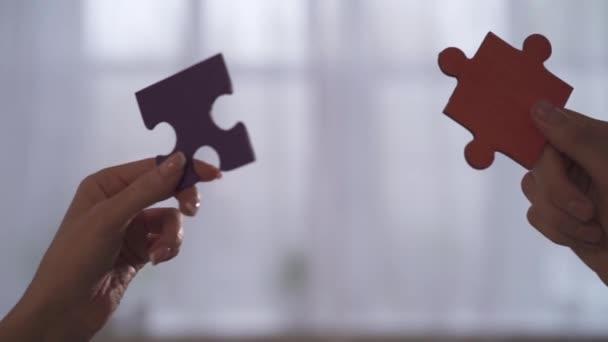 Obchodní lidé připojit dílky v úřadu. Koncepce týmové spolupráce a partnerství