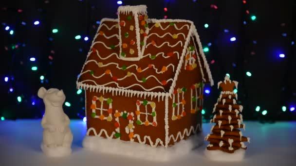 A kézi ehető mézeskalács ház, egér-szimbólum az év 2020, új év fa, hó dekoráció, girland háttér megvilágítás