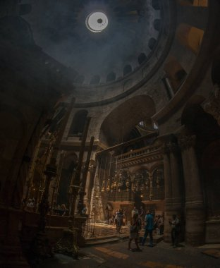 Piligrims praying in Church of the Holy Sepulchre