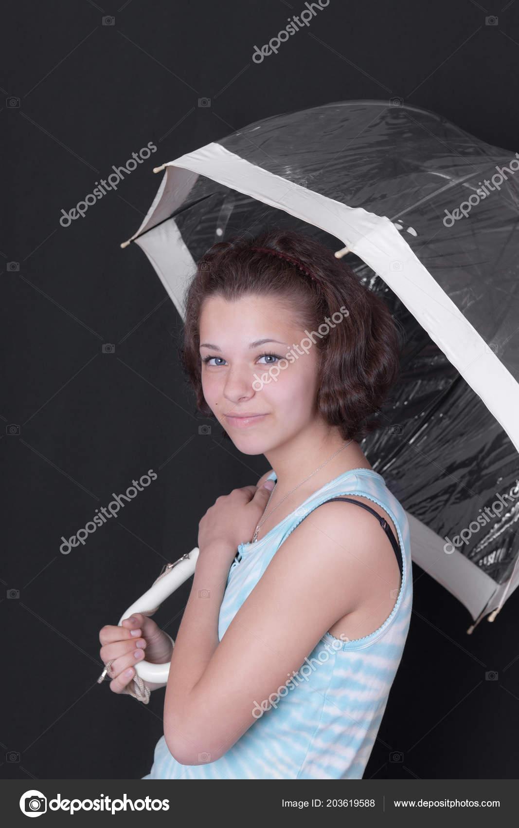 Image de la catégorie Cute petite fille adolescente en maillot de bain debout à lentrée de la piscine en milieu de journée.