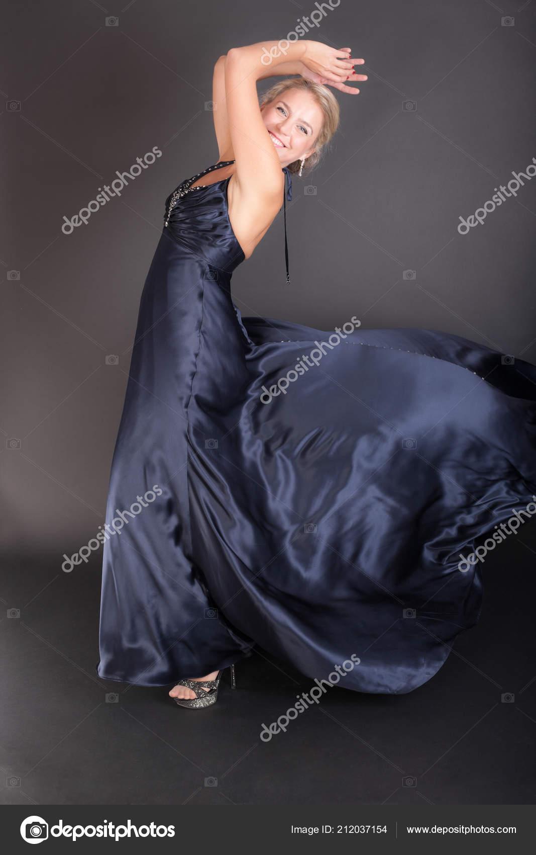 Chica Vestido Noche Azul Oscuro Sobre Fondo Negro Fotos De