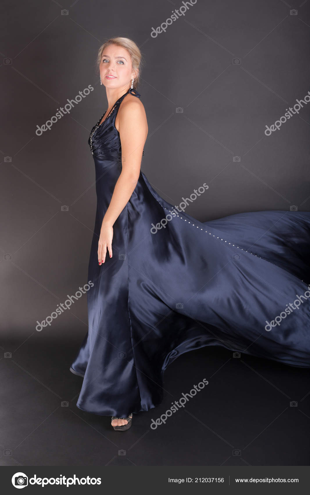 Chica Vestido Noche Azul Oscuro Sobre Fondo Negro Foto De
