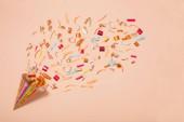 Fényképek születésnapi konfetti papír alapon kalap