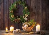 Karácsonyi dekoráció a sötét, régi, fából készült háttér