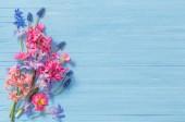 jarní květiny na staré modré dřevěné pozadí