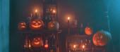 Halloween dekoráció sütőtök és mágikus italok beltéri