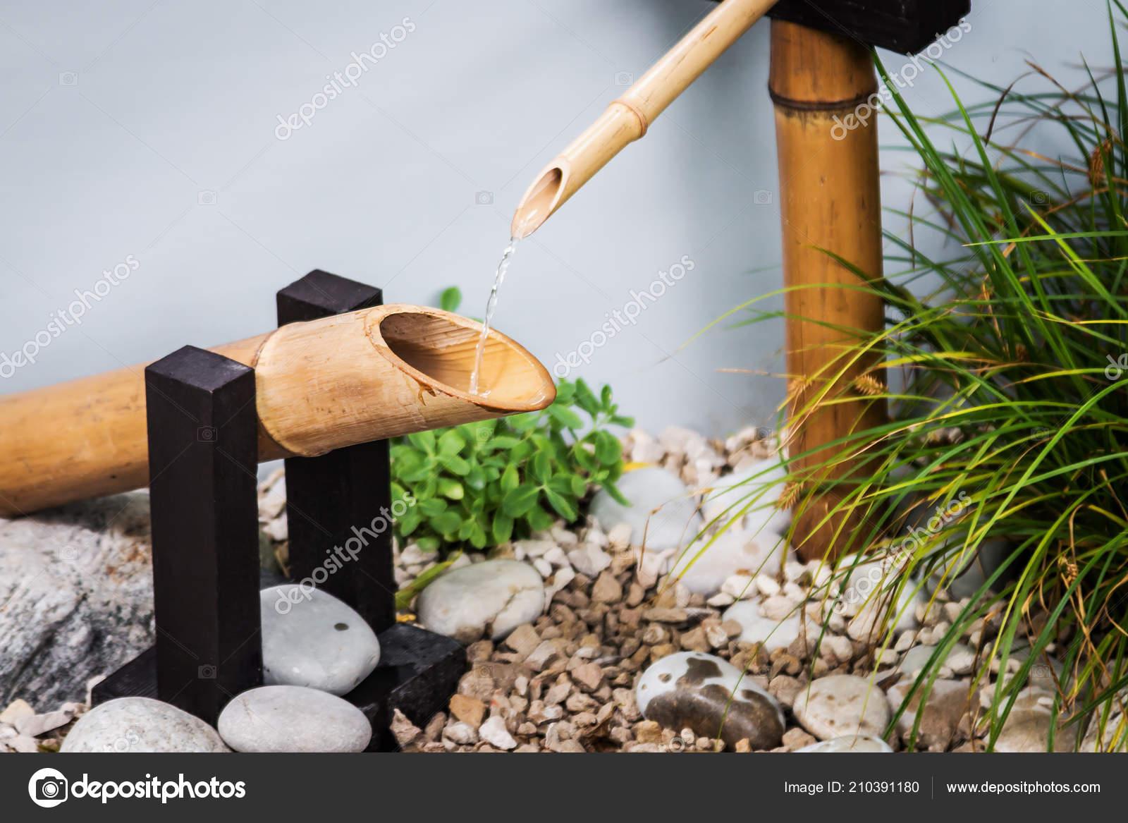Dekorace S Tekoucí Vodou V Japonské Zahradě Stock