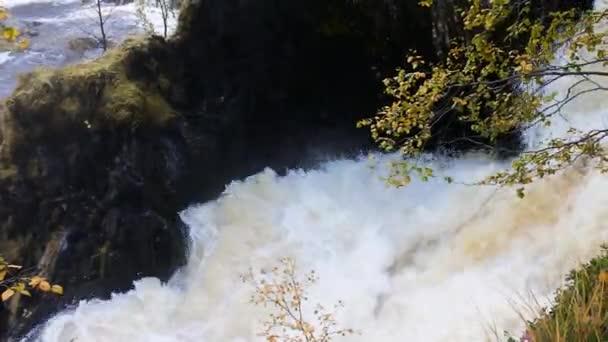 Full tekoucí mohutný vodopád po podzimní deště