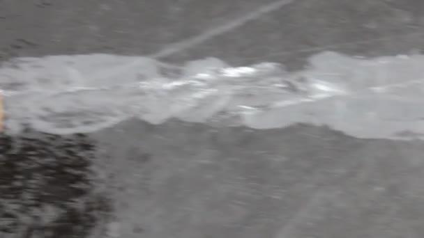 Grenze zwischen jungen Nilas und altem Eis an Süßwasser