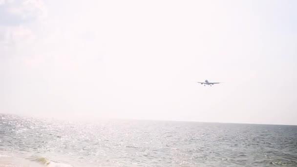 osobní letadlo přistane přímo nad mořem