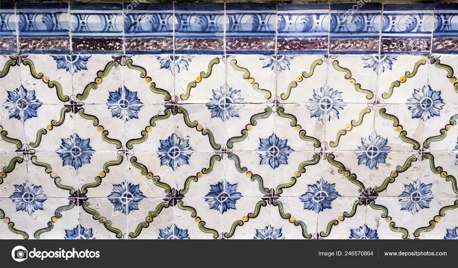 Pannello antiche piastrelle con motivi floreali geometrici presso