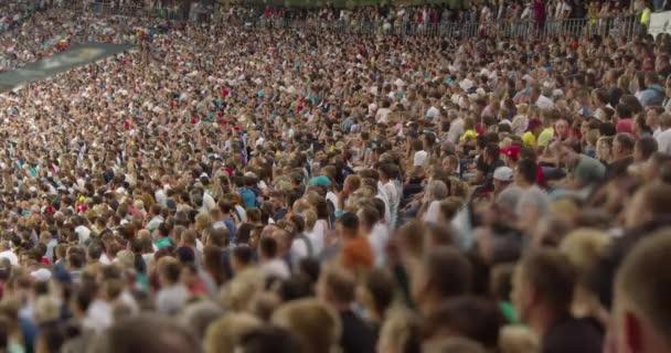 Fans in einem großen Stadion verfolgen ein Fußballspiel.