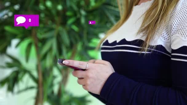 Social-Notification-Symbole neben einem Mädchen, das ein Smartphone benutzt