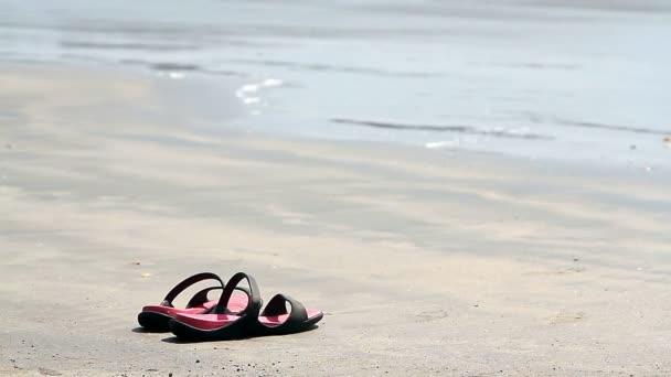 žabky na písečné pláži