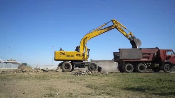 Wolgograd, Russischer Verband 25. September 2017: Bagger belädt Erde von der Baustelle des Stadions Wolgograd Arena in einen Kipper