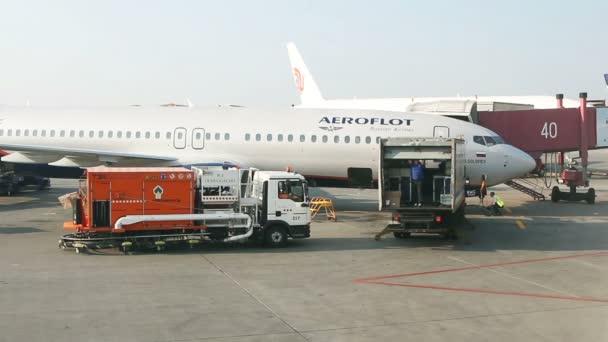 Moskau, Russische Föderation 07. August 2015: Großer Passagierverkehr von Passagierflugzeugen und Dienstwagen auf dem Flugplatz in Scheremetjewo.
