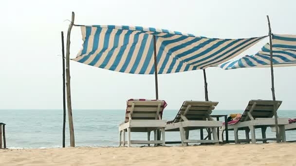 Židle s markýzou na pláži