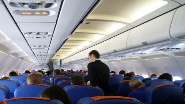 Moskva, Ruská federace 19 března 2017: interiér letadla s cestujícími na sedadlech.