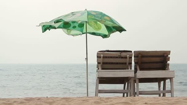Goa, Indie 10 únor 2016: Židle s deštníkem blízko pláže