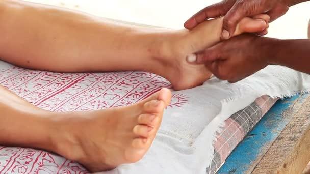 terapeutovy ruce dělají nohy masáž na ženu.