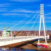 Tyumen, Rusko - 3. listopadu 2018: záběr Tura řeky, která teče na východ od centrálního pohoří Ural do řeky Tobol, část povodí řeky Ob. Hlavní město na to je Tyumen.