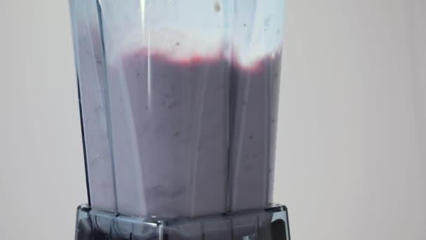 Míchání bobule koktejl. Část 02. Ingredience pro bobule lichotník prolnutí v Blenderu