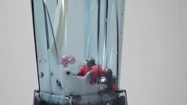 Nalévá mléko do mixéru. Část 02. Zpomalený pohyb. Ingredience pro bobule lichotník v Blenderu