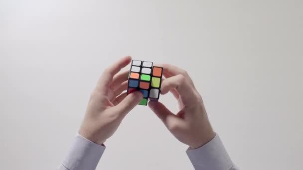 Podnikatel je ruce řešení puzzle. Puzzle kostka, puzzle hra, nejprodávanější hračky. Ruce muže v detailním košile. Část 02. Zrychlit.