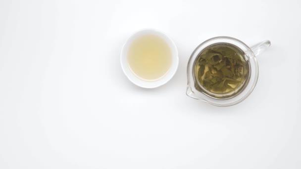 Kínai csészék és a glass vízforraló, tea, fehér háttér. Statikus lövés. Tea ceremónia. 20. rész.