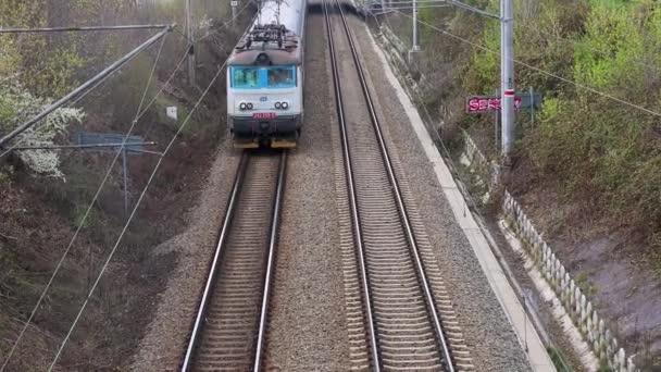 Přijíždí vlak osobní