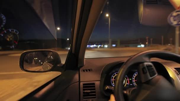 Auto fahren in der Nacht