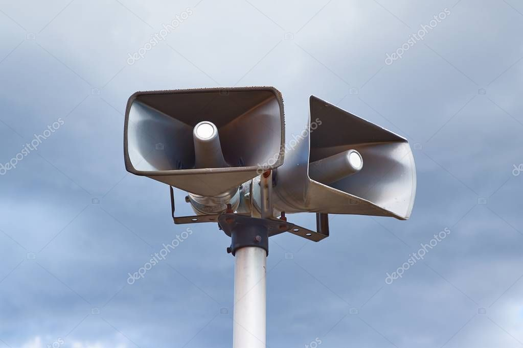 Loudspeakers on a mast