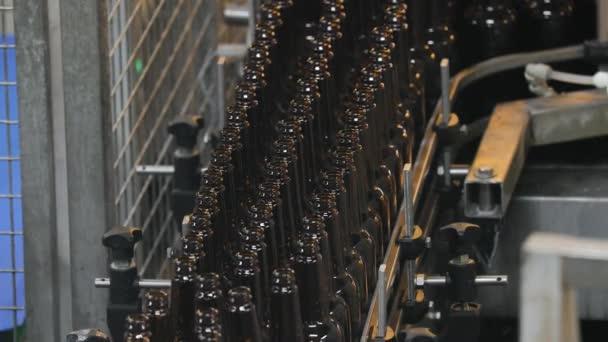Pivní továrna skládající láhve