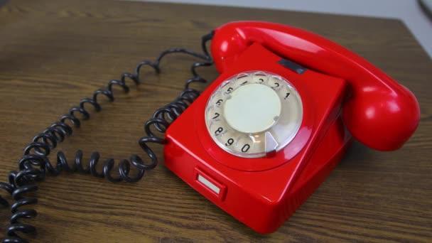 Zvonící telefon rotační červený