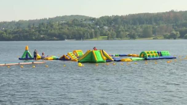 Letní prázdniny, plovoucí vodní park na jezeře