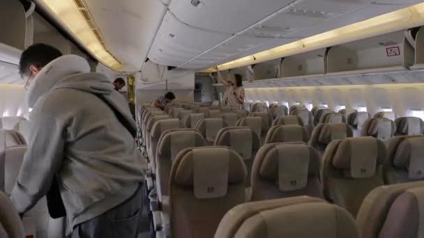 Letecký interiér kabiny během nástupu
