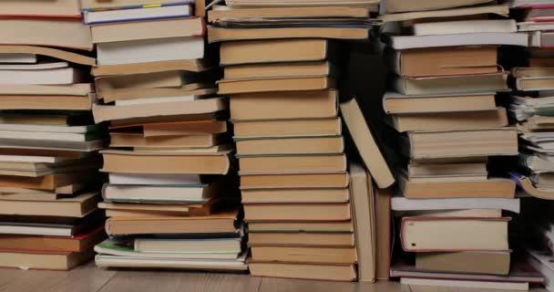 Stěna knih na hromadě
