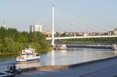 Tyumen, Rusko, na 16 červenci 2018: Ťumeň motorová loď pluje po řece Tura podél nábřeží Tyumen