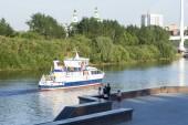Tyumen, Rusko, na 16 červenci 2018: chodící motorová loď pluje po řece Tura v Tyumen